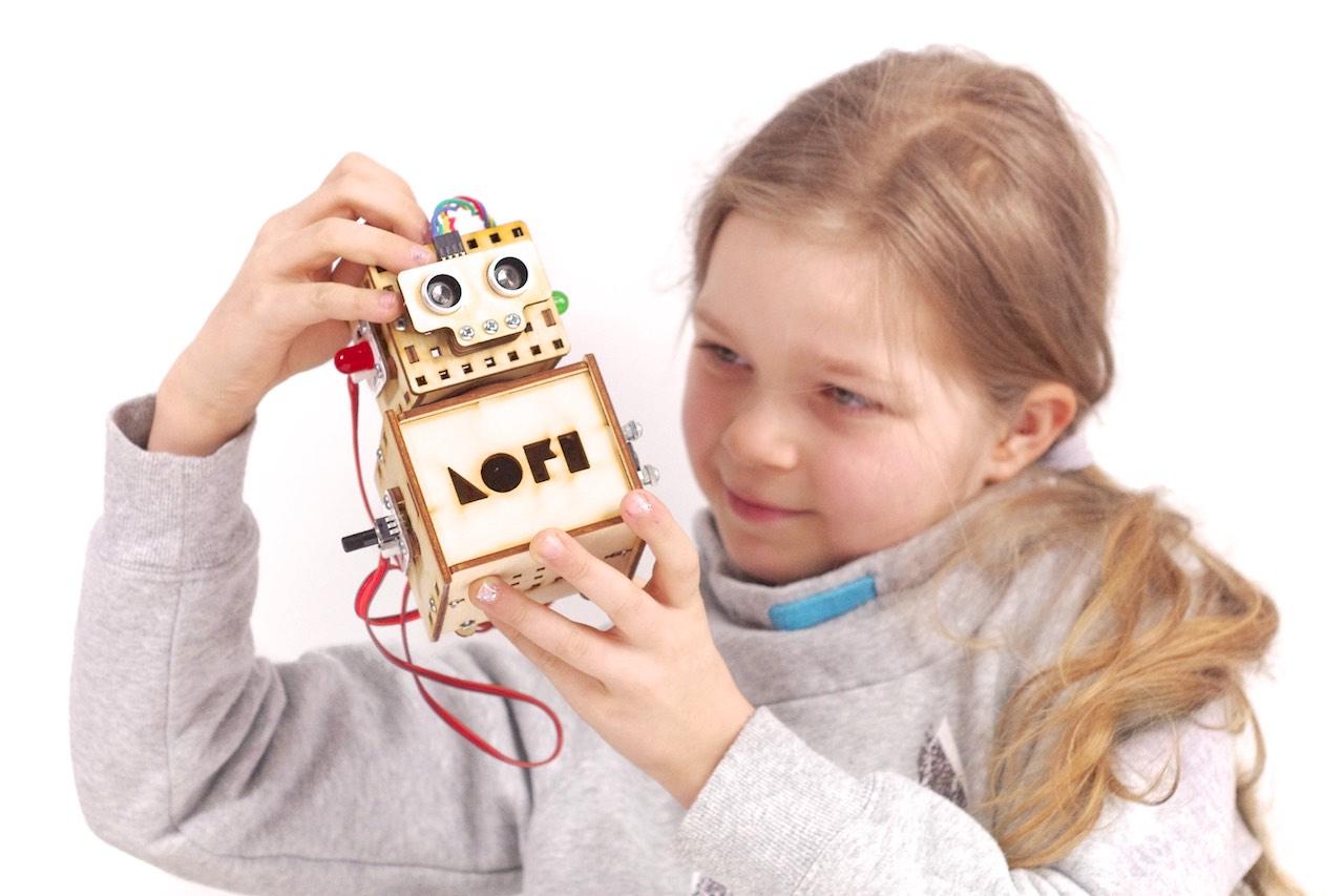 dziewczynka z lofi robotem CODEBOX